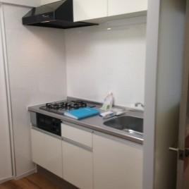 白で統一された清潔感の溢れるキッチン|千葉県船橋市の某マンションにてキッチンリフォーム