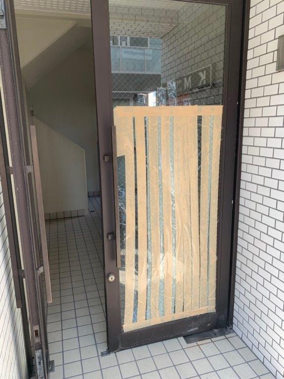 マンションのエントランスドアの破損
