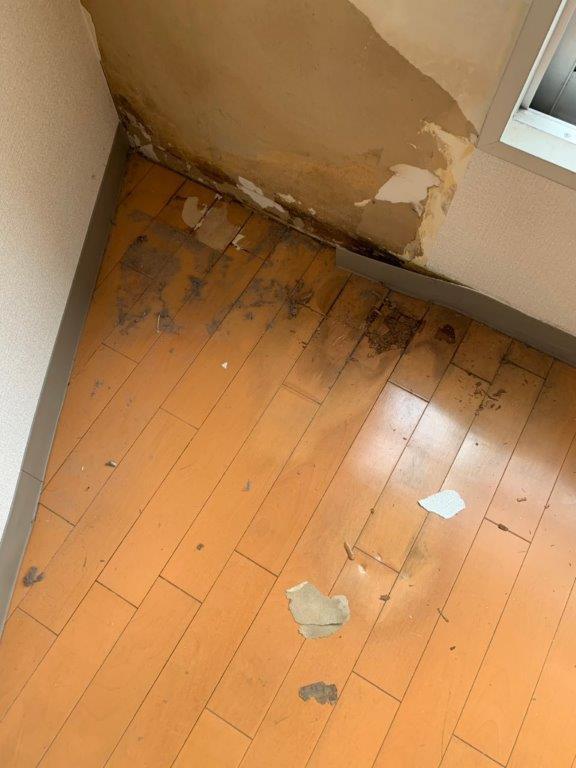 床の水漏れによりシミ