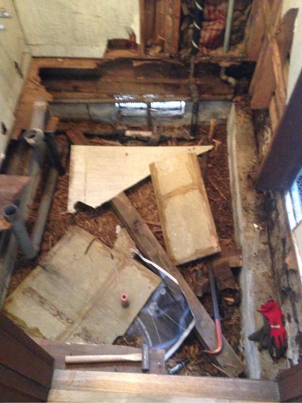古い床の解体中